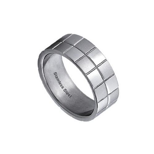 Ocelový prsten se čtverečkami na povrchu