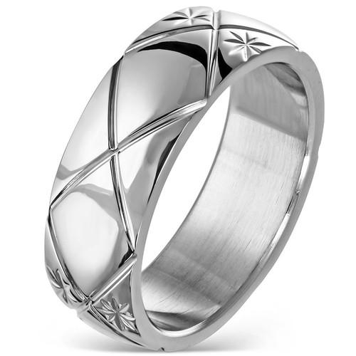 Lesklý ocelový prsten s kříženými linkami a hvězdičkami na stranách